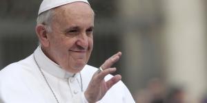 La véritable eau bénite est le whisky pour le pape François, une blague censurée par le Vatican